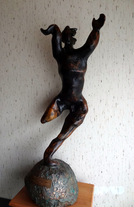 "LS8604 Lucas SITHOLE ""Winner's dance"" 1986 (frontview) Indigenous root form on copper clad base 085x038x034 cm"